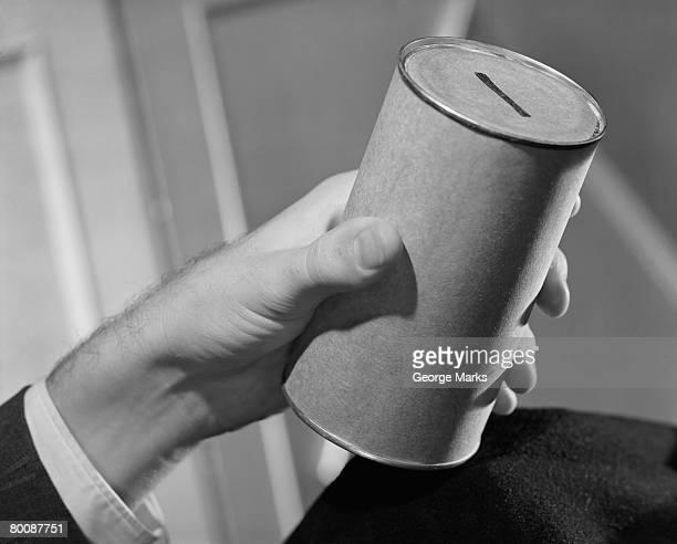 collection homme tenant un pot