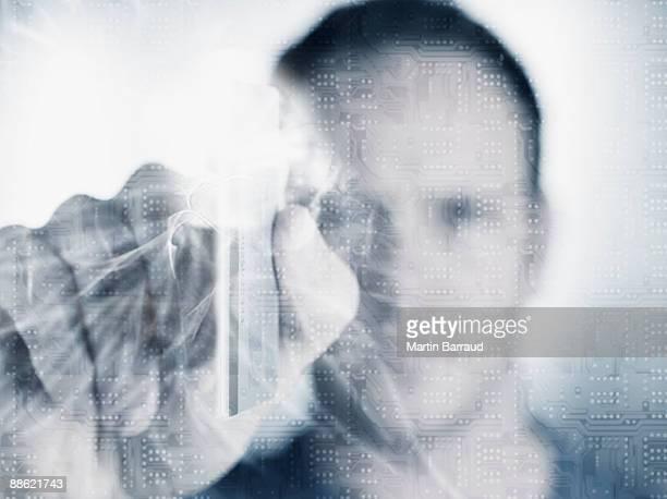 Hombre que agarra tarjeta de crédito con microchip en primer plano