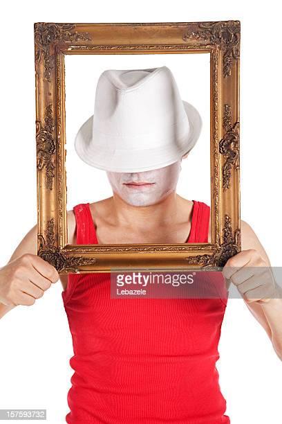 Mann hält Gläser