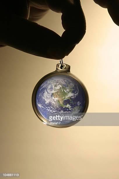 男性の保持ガラス地球と地球の内側