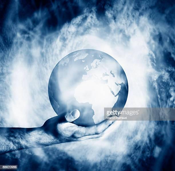 homem segurando o globo clouded na névoa - world kindness day - fotografias e filmes do acervo