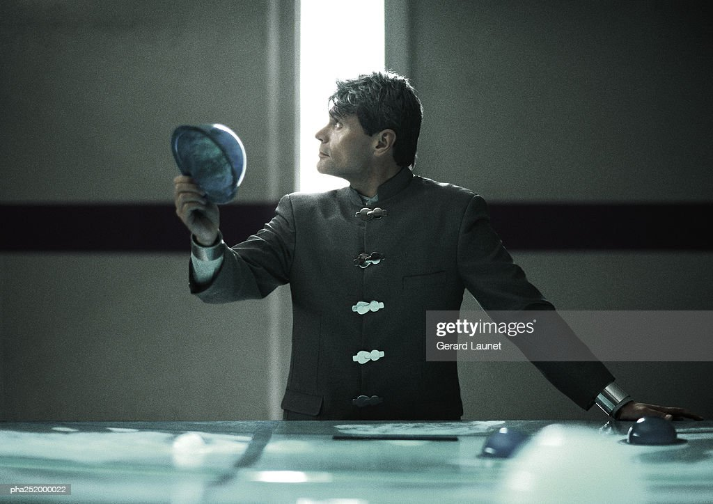Man holding hemispherical object : Stockfoto