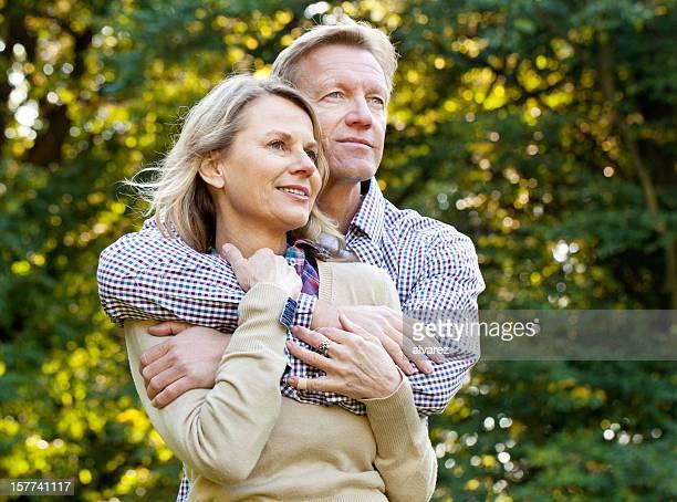 Homme tenant son épouse fermement en amour