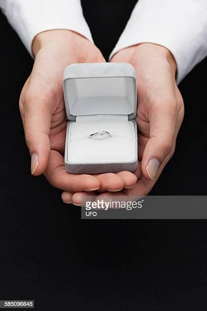 man holding jewelry - caixa de joias - fotografias e filmes do acervo