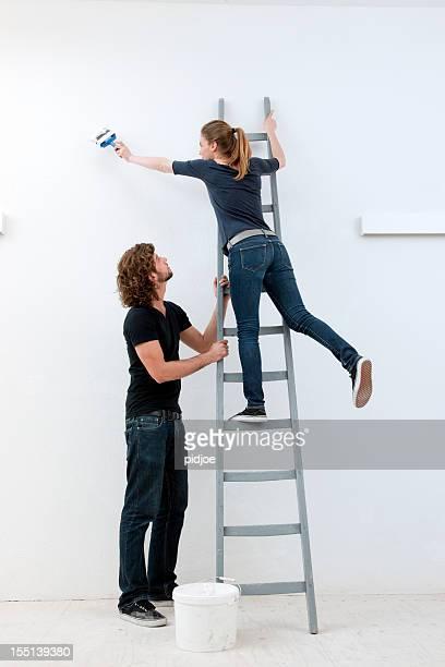Homme tenant échelle et jeune femme est la peinture murale
