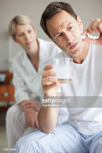 Mann hält dir Medizin tablet