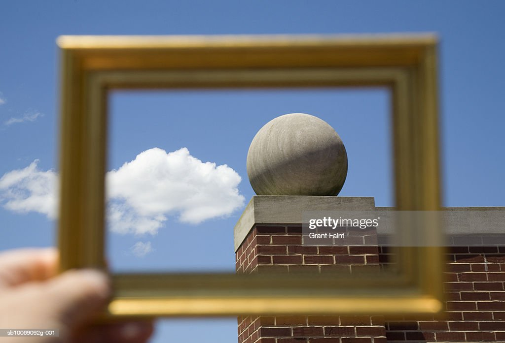 Man holding picture frame : Stockfoto