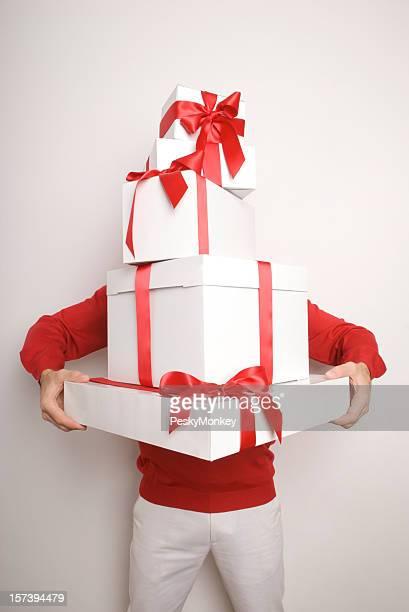 Homme tenant Pile de cadeaux bottier haut