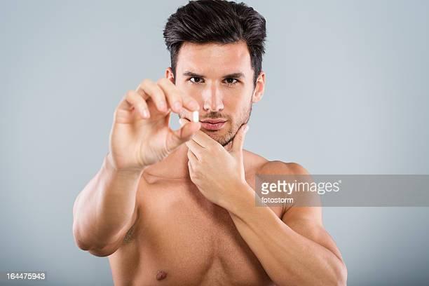 Mann hält Tablette