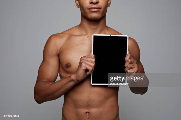 man holding tablet in front of his heart - coeur humain photos et images de collection