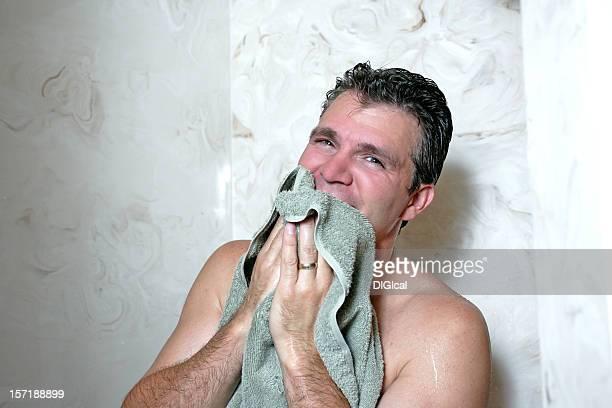 hombre que agarra toalla - hombre duchandose fotografías e imágenes de stock