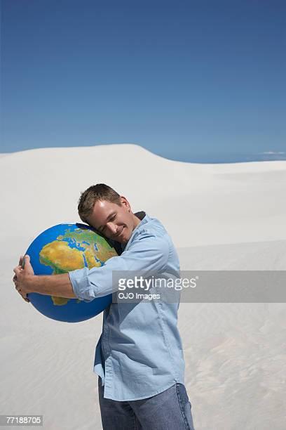 um homem abraçando um mundo - world kindness day - fotografias e filmes do acervo
