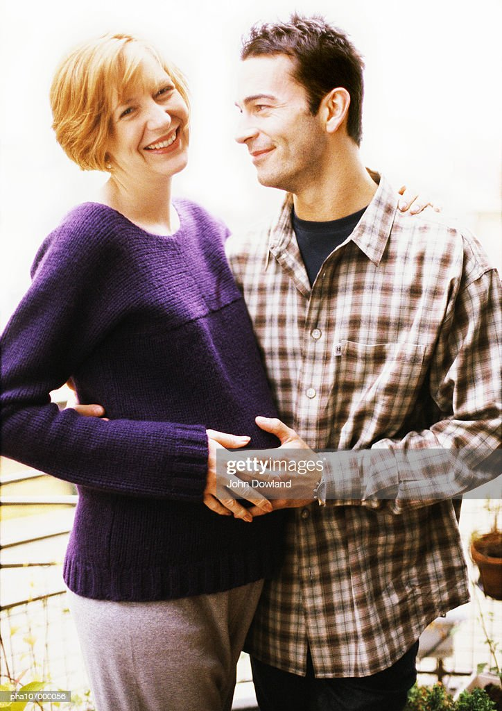 Man hugging pregnant woman : Stockfoto