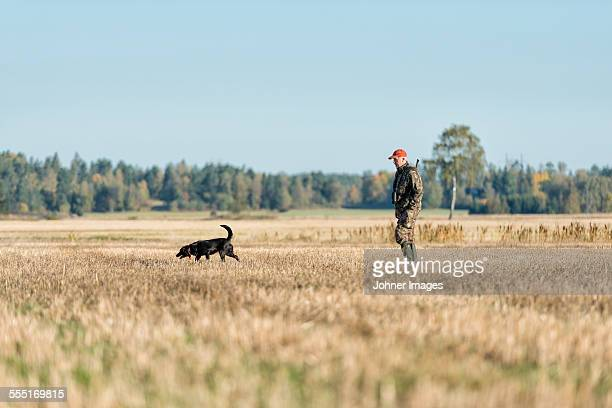 man hunting with dog - hunting dog stock pictures, royalty-free photos & images