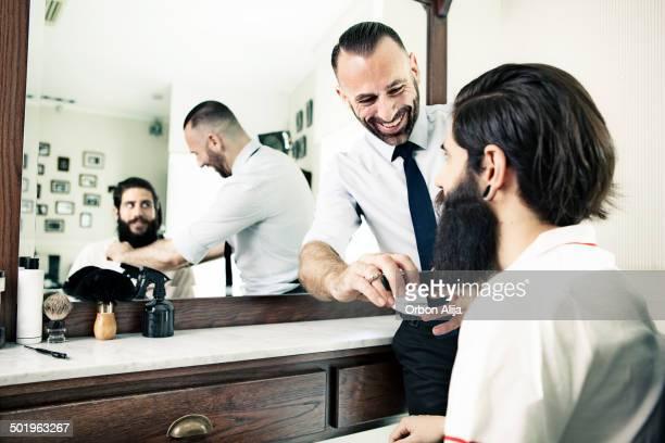 Homme dans un salon de coiffure