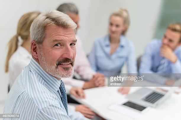 Uomo in una riunione di lavoro