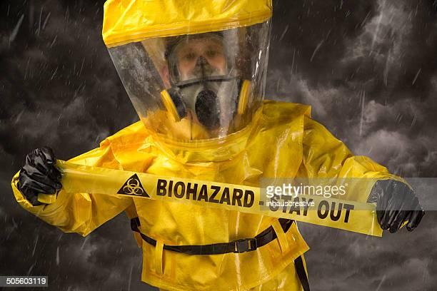 mann in hazmat passende, die biologische gefährdung warnung band - schutzanzug stock-fotos und bilder
