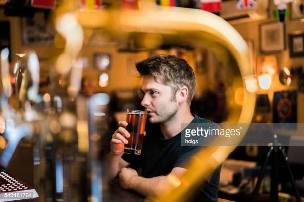 男性には、パブ、大阪(日本) - ビールサーバー ストックフォトと画像