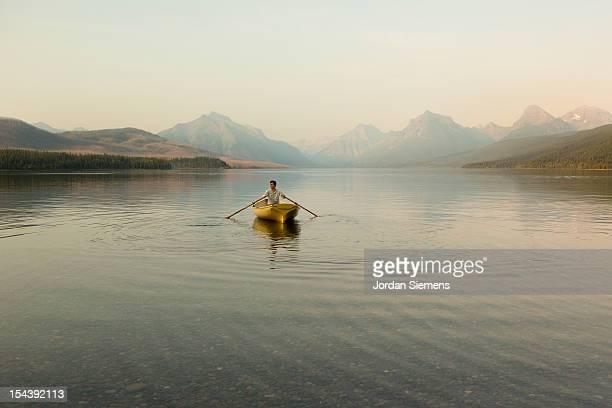 a man in a row boat. - veículo aquático - fotografias e filmes do acervo