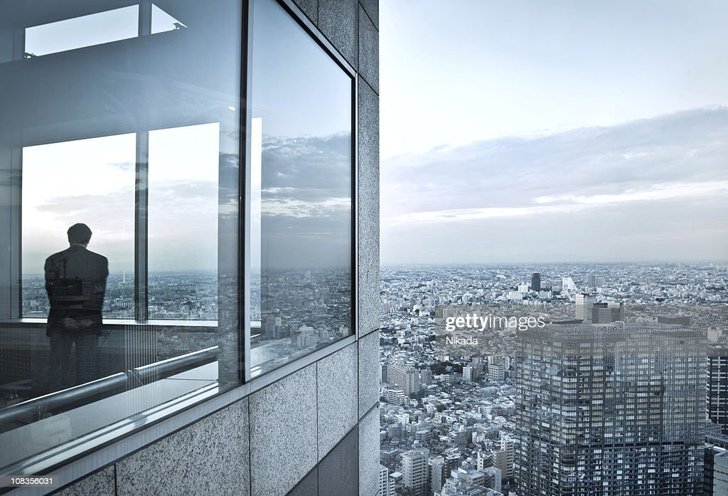 Mann in einem Wolkenkratzer : Stock-Foto