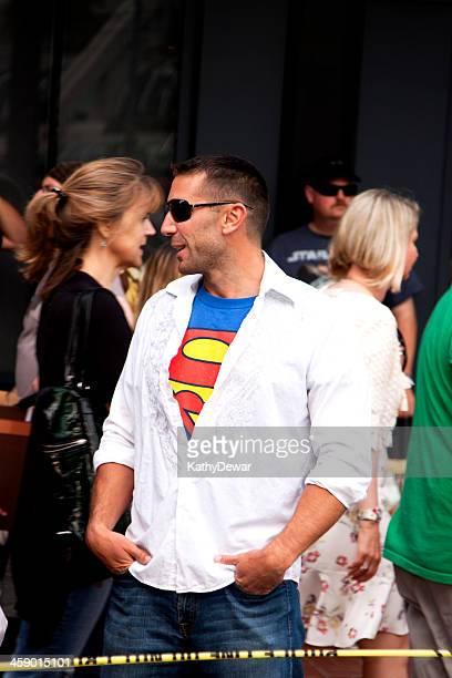 homem tshirt em um super-homem - san diego comic con - fotografias e filmes do acervo