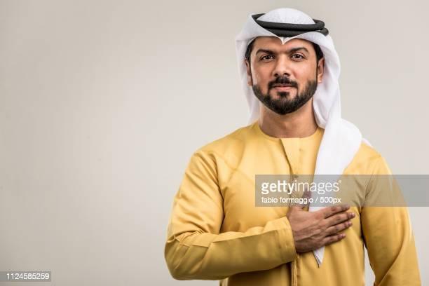 man in arabic outfit expressing commitment - geschworener stock-fotos und bilder