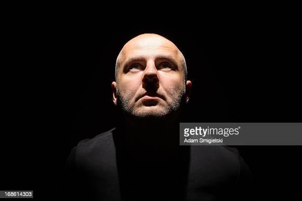 man in black - kaal geschoren hoofd stockfoto's en -beelden
