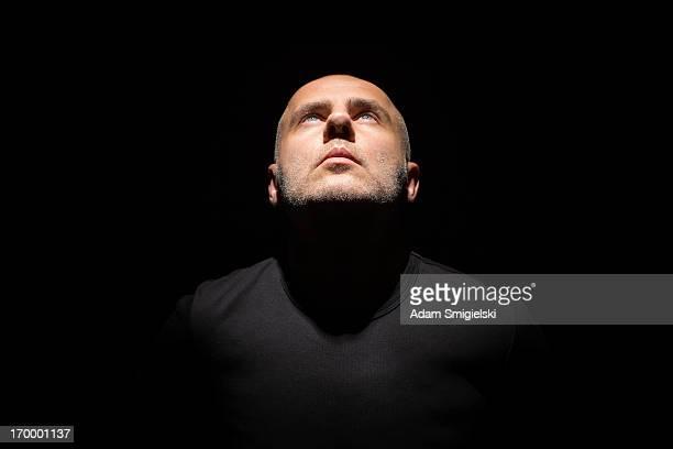 man in black - belichting stockfoto's en -beelden