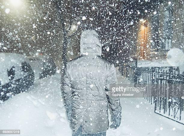 man in blizzard in new york city - 深い雪 ストックフォトと画像