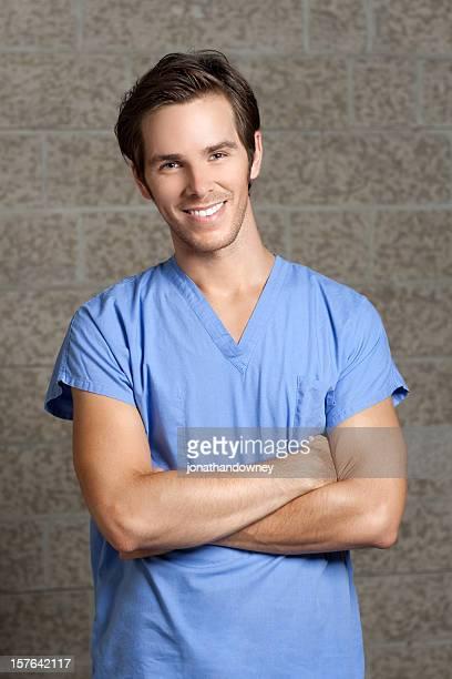 Hombre en Blue Scrubs