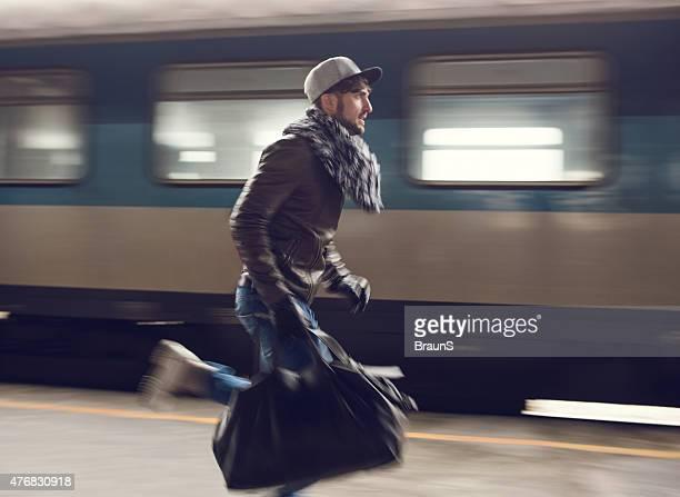 Mann in Bewegungsunschärfe versucht, nehmen Sie den Zug.