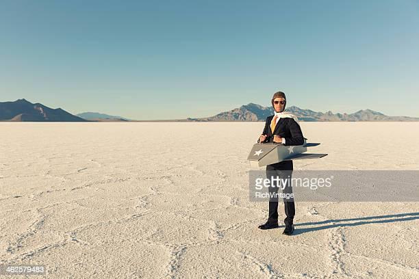 Mann in Anzug und hausgemachten Flugzeug fliegen-Looks