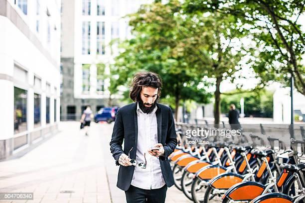Mann zu Fuß in Geschäfte im Zentrum von London