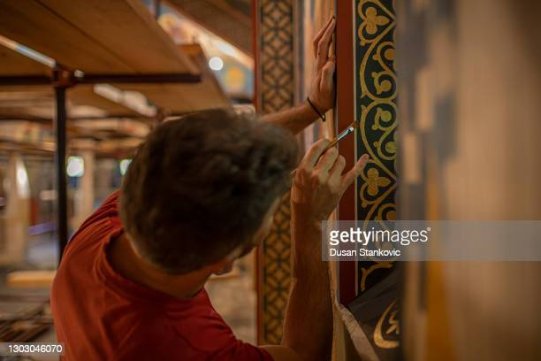 l'uomo in chiesa dipinge affreschi - affresco foto e immagini stock