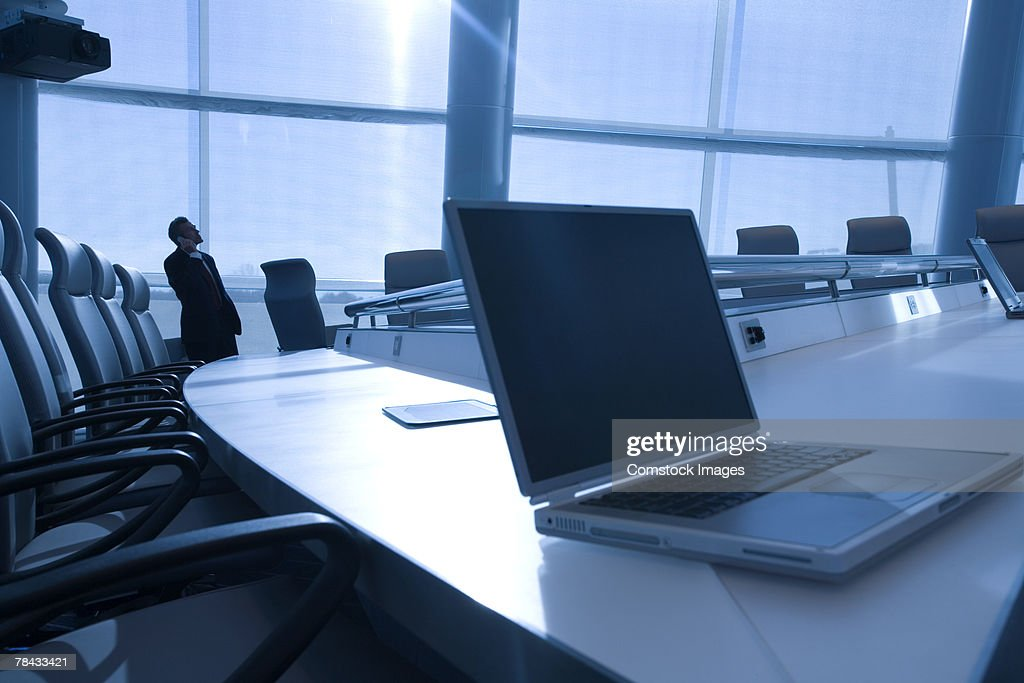 Man in conference room with laptop : Foto de stock