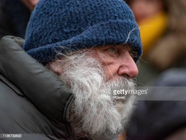 群衆の中の男は、プラハのクリスマスマーケットで祭りを見ています。