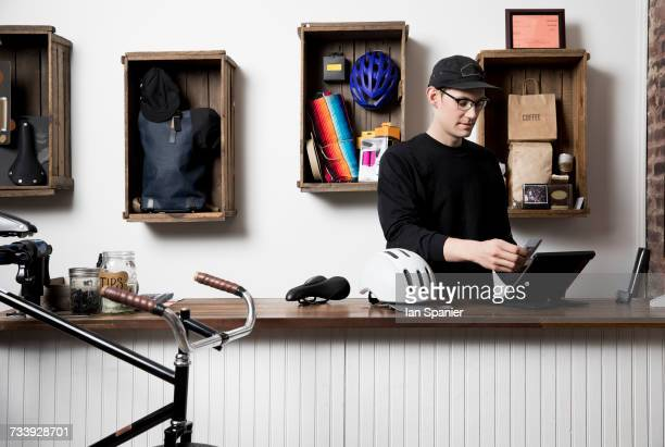 man in cycling accessories shop - sportgeschäft stock-fotos und bilder