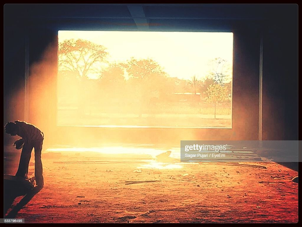 Man In Deserted Building In Sunlight : Foto stock