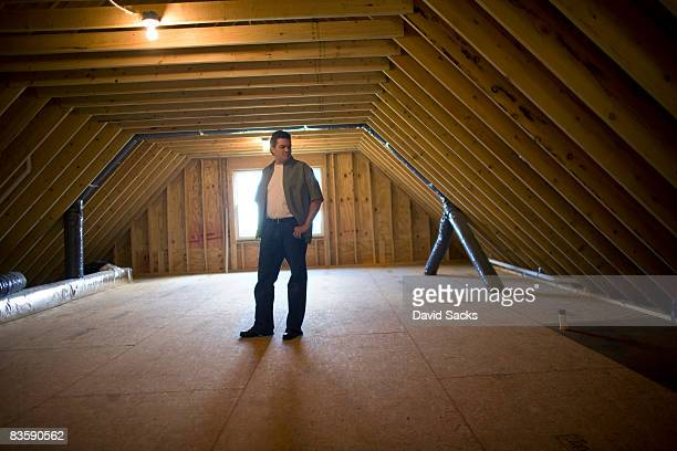 Mann im leeren Dachgeschoß