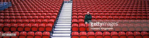 man in empty stadium - ein mann allein stock-fotos und bilder