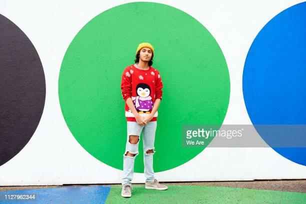 man in festive jumper - christmas jumper fotografías e imágenes de stock