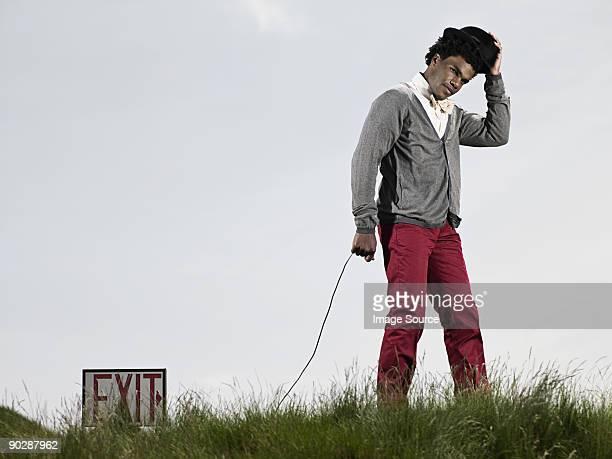 Homme dans le champ avec Panneau indicatif de sortie
