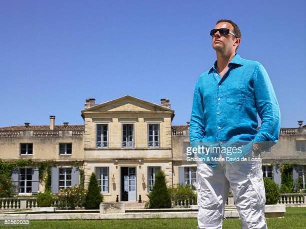 man in front of a castle - château photos et images de collection