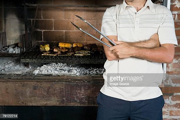 Mann vor Barbecue