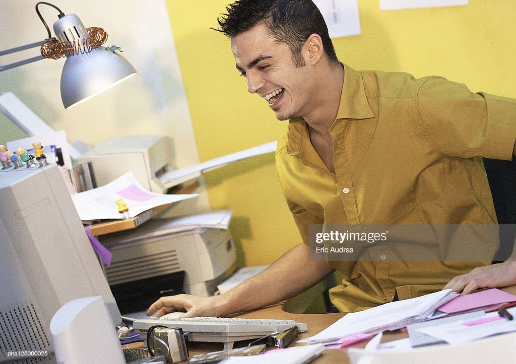Man in front of computer, smiling : Stockfoto