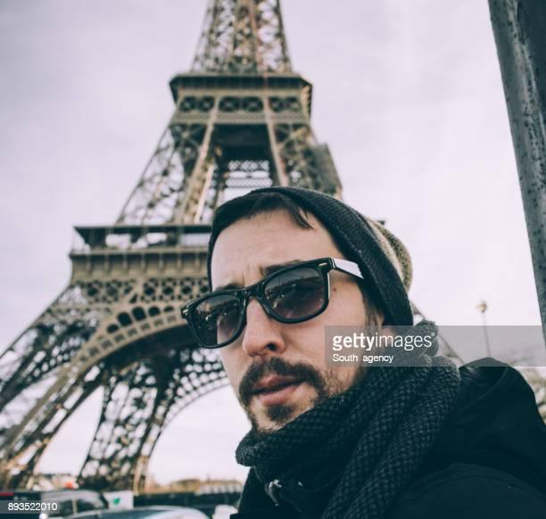 Homme en face de la Tour Eiffel