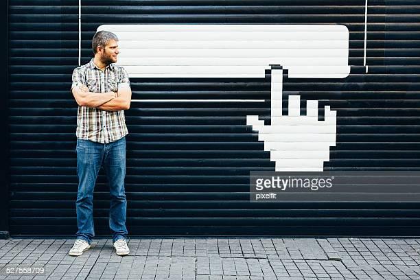 Mann vor leeren bilboard und pointer stick