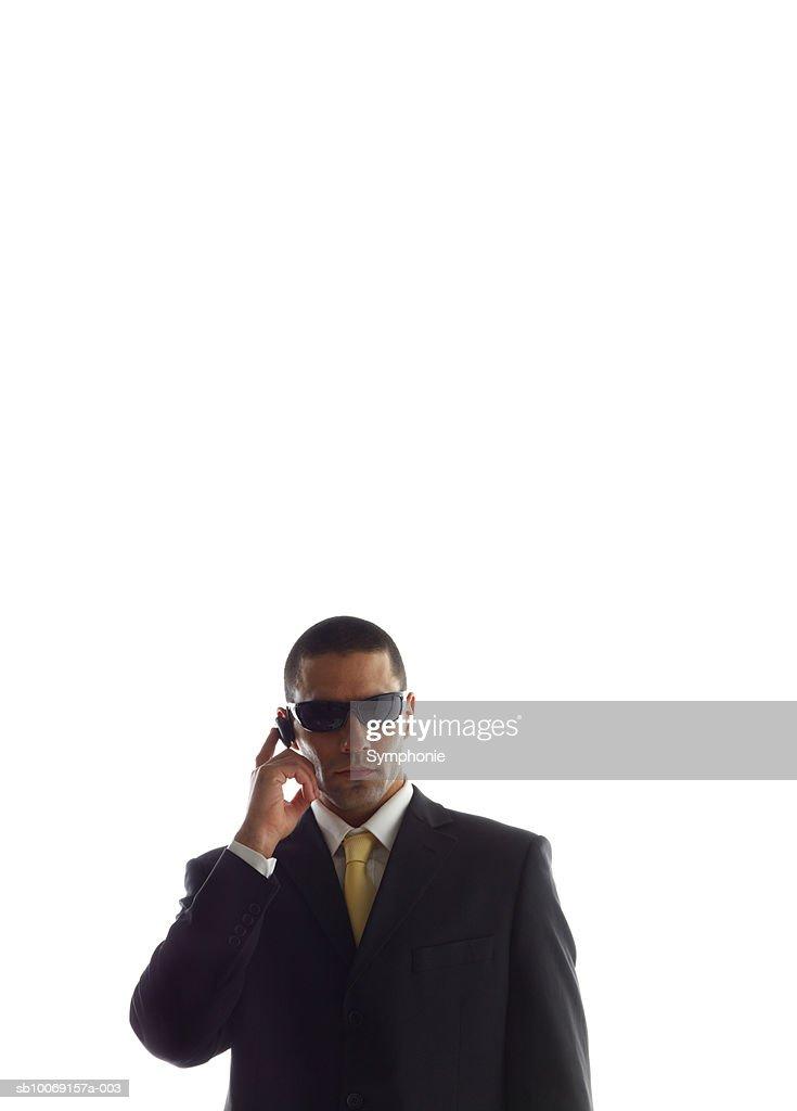 Man in full suit using mobile phone : Stockfoto