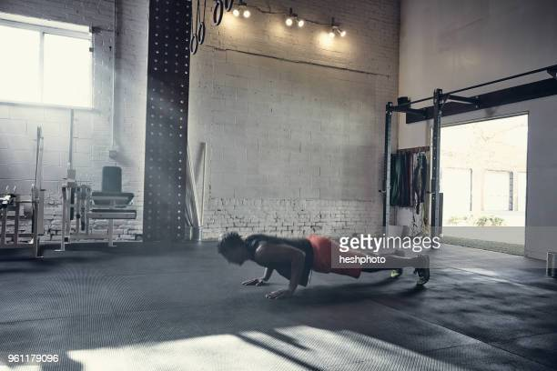 man in gym doing push up - heshphoto stockfoto's en -beelden