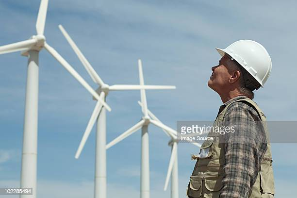 man in hard hat looking at wind turbines - turbin bildbanksfoton och bilder